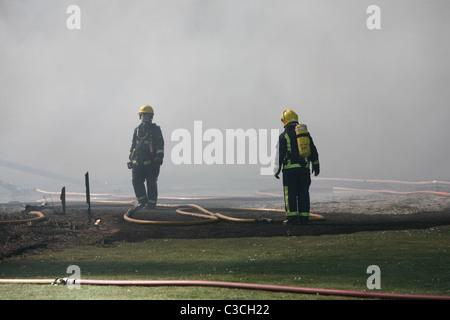 Feuerwehrleute tragen von Atemschutz - Stockfoto