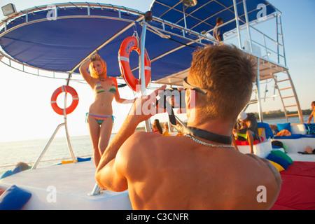 Menschen nehmen Foto von Frau im bikini - Stockfoto