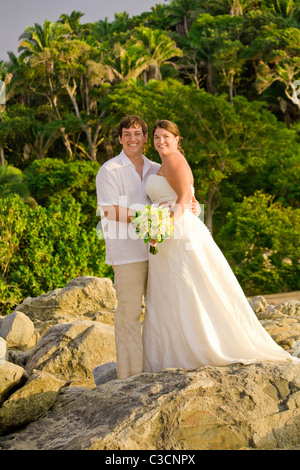Brautpaar posiert im freien - Stockfoto