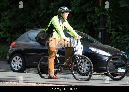 Mann auf Fahrrad mit einem Hi-Vis-Weste - Stockfoto