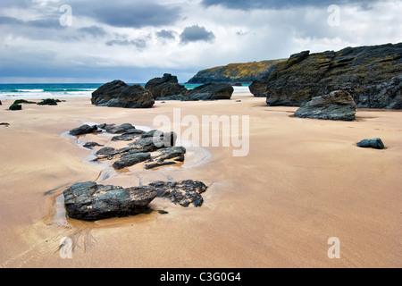 Die schwarzen Felsen am Strand Sango Bay, Nr Durness, Sutherland im Norden Schottlands. An einem sonnigen und stürmischen - Stockfoto