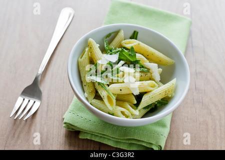 Rigatoni mit home made Rakete Pesto, in einer weißen Schüssel serviert. - Stockfoto