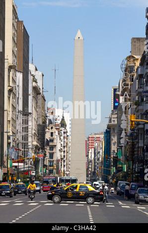 Avenida Corrientes und der Obelisk von Buenos Aires, Argentinien. - Stockfoto