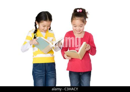 Zwei Mädchen, die Bücher zu lesen - Stockfoto
