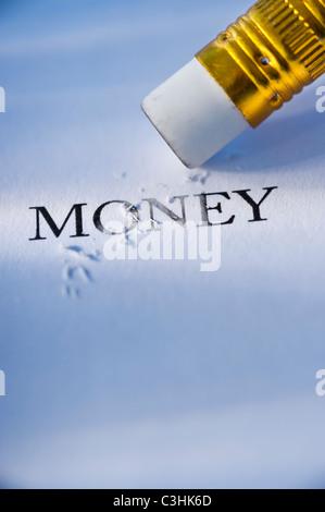 Studioaufnahme von Bleistift löschen das Wort Geld aus Papier - Stockfoto