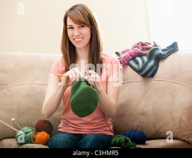 Junge Frau stricken Wollmütze - Stockfoto