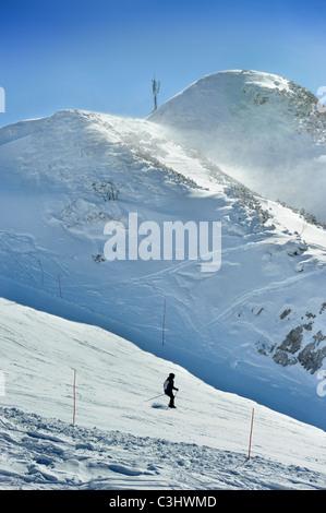 Ein Skifahrer im Vogel Ski Centre am Orlove Glave - Zadnji Vogel Piste im slowenischen Triglav Nationalpark - Stockfoto