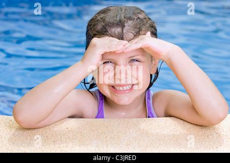 Porträt von lächelndes Mädchen im Schwimmbad (6-7) - Stockfoto
