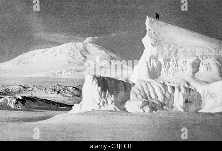 Ein Mitglied von Robert Scott-Terra Nova-Expedition auf einem Eisberg in der Antarktis im Jahre 1911 mit Mount Erebus - Stockfoto
