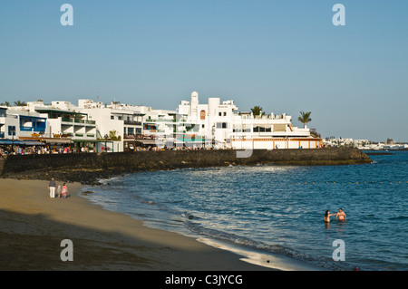dh Strand PLAYA BLANCA LANZAROTE Familie auf Urlaub Strand ruhigen Abend am Meer promenade - Stockfoto