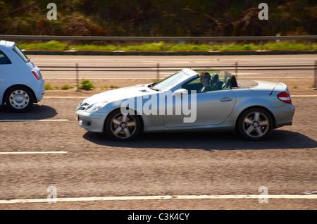 Top Cabrio Mercedes auf der Autobahn - Stockfoto