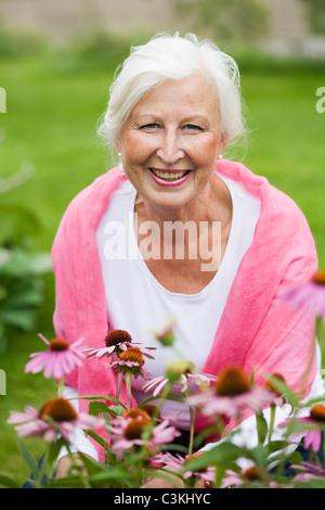 Porträt von senior Frau im Garten - Stockfoto
