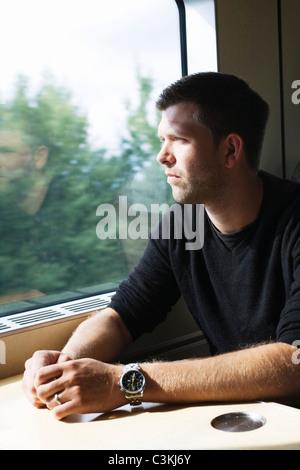 Mann sitzt im Zug - Stockfoto