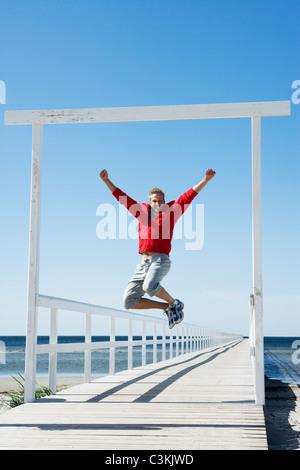 Ein Mann springt, Malmö, Skane, Schweden. - Stockfoto