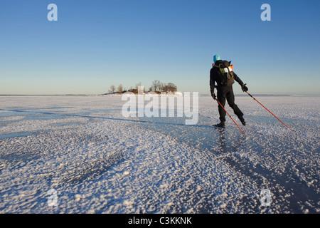 Man Eislaufen auf dem Schnee bedeckt Landschaft - Stockfoto