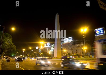Obelisk von Buenos Aires und Argentinien Avenida 9 de Julio. - Stockfoto