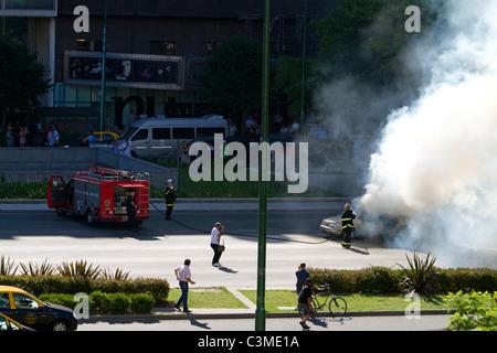Auto-Feuer auf der Avenida 9 de Julio in Buenos Aires, Argentinien. - Stockfoto