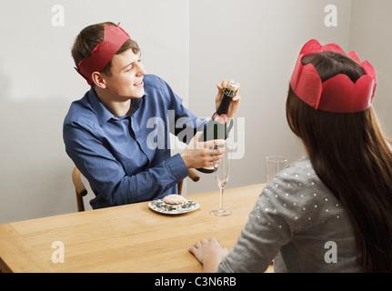 Junger Mann Eröffnung champagnebottle - Stockfoto