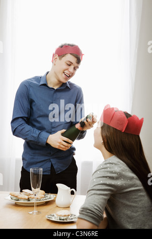 Mann Eröffnung Flasche Champagner - Stockfoto