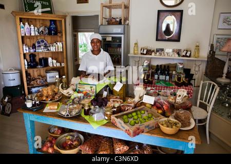 Südafrika, Western Cape, Prinz Albert, Kellnerin in Prince Albert Country Store zeigen. - Stockfoto