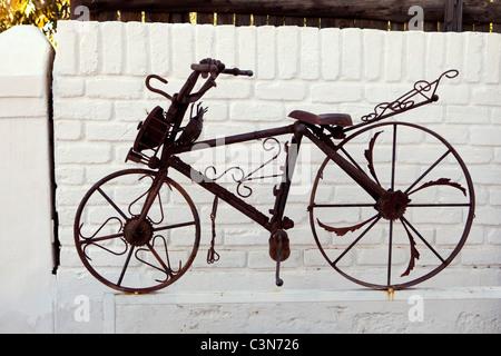 Südafrika, Western Cape, Prinz Albert, Artwork: Fahrrad aus rostigen Eisen vom Künstler Kevin Hough. - Stockfoto