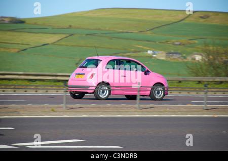 Fiat 500 auf der M62 rosa. - Stockfoto
