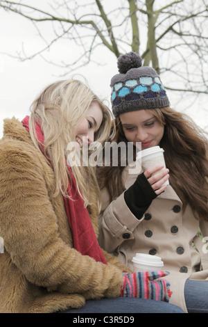 Freunde, die ein Take-away trinken - Stockfoto
