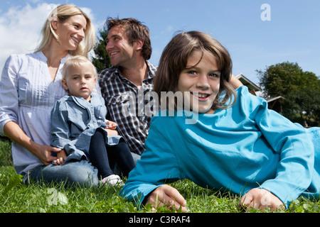 Deutschland, München, Familie im Garten, Lächeln - Stockfoto