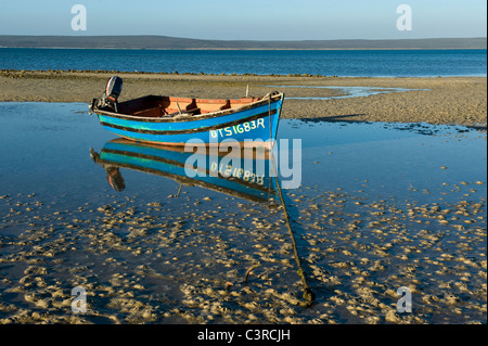 Fischerboot bei Ebbe in Langebaan Lagune, Churchhaven in West Coast Nationalpark Südafrika - Stockfoto