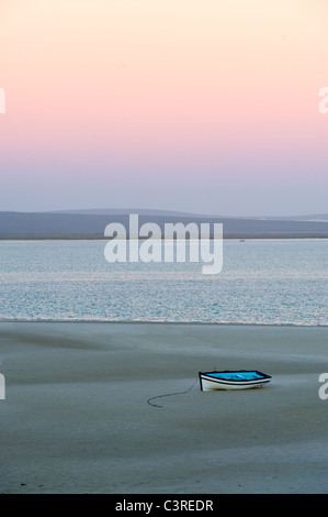 Angelboot/Fischerboot bei Ebbe in der Morgendämmerung, Langebaan Lagune am Churchhaven in West Coast Nationalpark - Stockfoto
