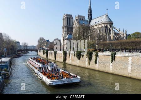 Bateau-Mouche cruise Boot auf der Seine vor der Kathedrale von Notre Dame de Paris, Ile De La Cite, Paris, Frankreich - Stockfoto