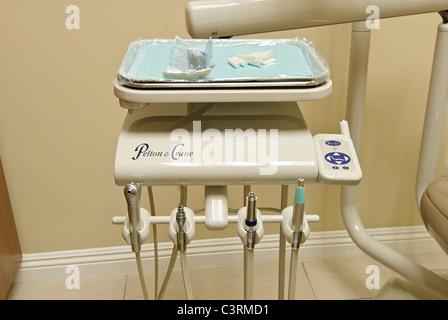 Neue und moderne Einrichtung eines zahnärztlichen Raumes. - Stockfoto