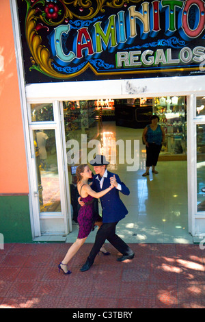Argentinischer Tango-Tänzer im Barrio La Boca in Buenos Aires, Argentinien. - Stockfoto