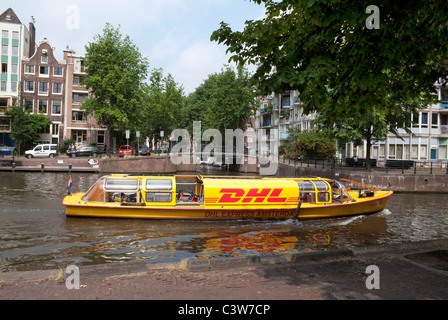 DHL den Transport Boot vertäut in einem Kanal in Dorsoduro ...