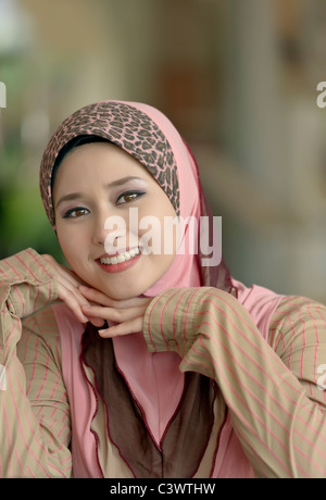 Close-up Portrait der jungen Schönheit asiatischer muslimische Frau im Kopftuch mit einem schönen Lächeln