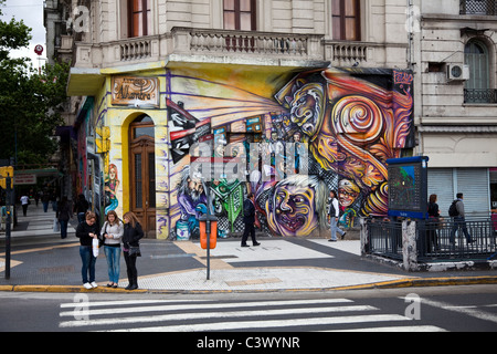 Graffiti - Wand-Kunst, Avenida de Mayo, Buenos Aires, Argentinien, Südamerika. - Stockfoto