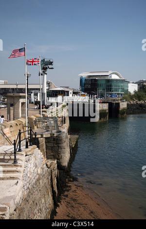 Die Mayflower Schritte in der Barbican Altstadt von Plymouth und Blick auf die nationale Marine Aquariam - Stockfoto