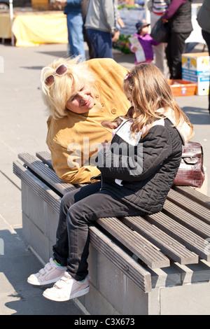 Kleines Mädchen mit Mutter - Stockfoto