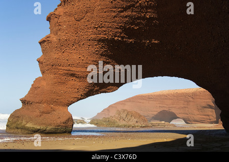Rock wölbt sich am Legzira Strand am Atlantik, 11 km nördlich der Stadt Sidi Ifni im südwestlichen Marokko. - Stockfoto
