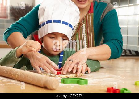Mutter und Sohn gemeinsam kochen - Stockfoto