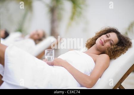 Frau in einem Spa auf Liegestuhl - Stockfoto