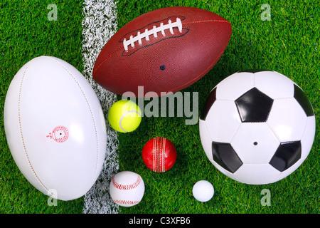 Foto von verschiedenen Sport Kugeln auf einer Wiese als nächstes auf die weiße Linie, von oben geschossen.