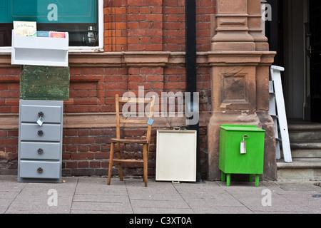second hand gebrauchte m bel f r den verkauf auf brick lane tower hamlets london england uk. Black Bedroom Furniture Sets. Home Design Ideas