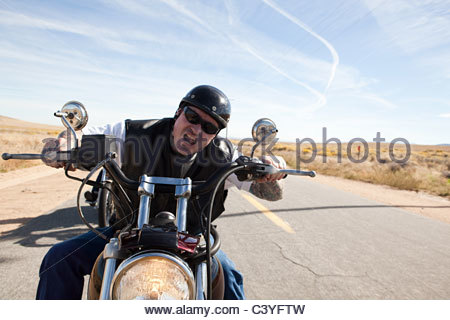 Porträt des Mannes Motorrad - Stockfoto