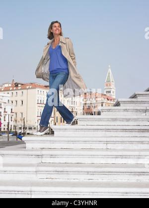 Frau auf der Treppe von der marina - Stockfoto