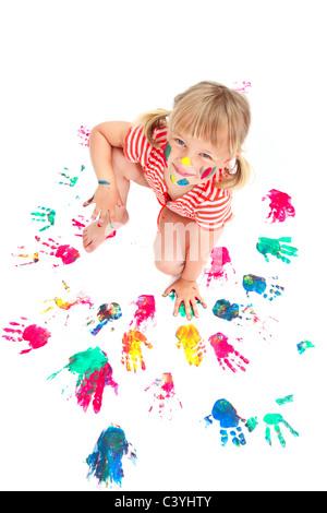 Niedliche kleine Mädchen mit bemalten Händen. Isoliert auf weißem Hintergrund. - Stockfoto