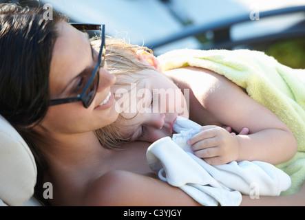 Mutter und Baby Boy, ruhen Sie sich nach pool - Stockfoto