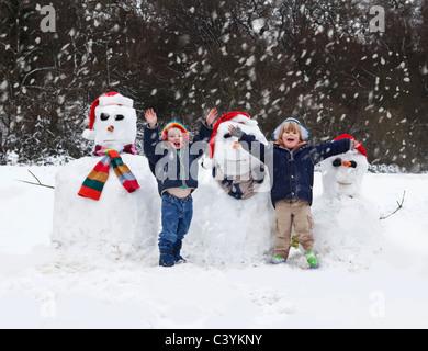Zwei Jungs und ihre Schneemänner - Stockfoto