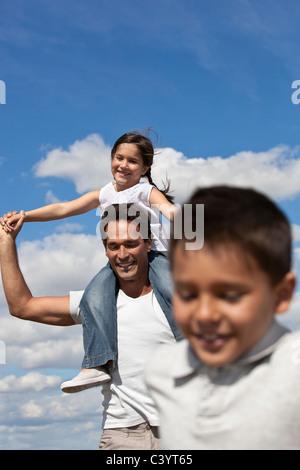 Vater mit Kindern in einem Feld - Stockfoto