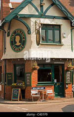Der Prinz Albert Pub entlang Whitstable High Street in Kent - Stockfoto